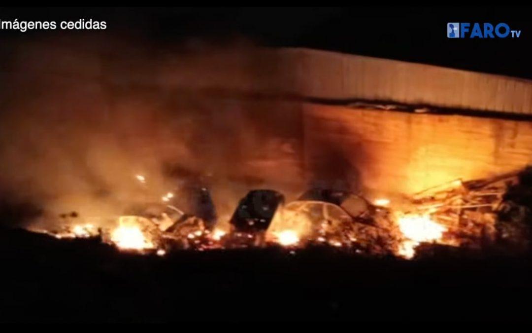 Bomberos sofoca un grave incendio con coches abandonados afectados